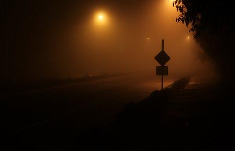 panneau de circulation au bord dune route la nuit sur une route mouillee    CC BY Nina Matthews Photography  httpwwwflickrcomphotos21560098N064879399274